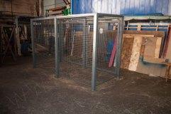 Сетка полностью закрывает стены и створки контейнерной площадки
