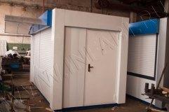 На торцевой части торгового киоска установлена металлическая дверь