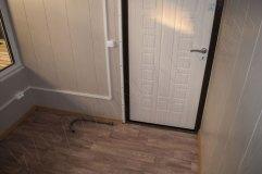 Дверь в киоске металлическая. Внутренняя сторона МДФ.