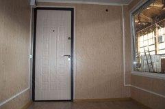 Стены с отделкой панелями МДФ. Дверь также обшита внутри фрезерованным МДФ.