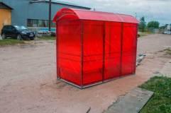 Павильон для курения КМ-1 обшивается сотовым поликарбонатом по трем сторонам (в данном изделии цвет поликарбоната - красный)
