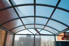 Крыша арочного типа отделывается сотовым поликарбонатом в цвет стен