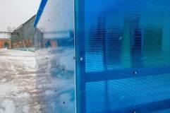 Сотовый поликарбонат синего цвета - места крепления
