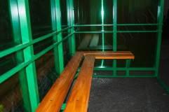 Скамья - деревянный настил располагается по трем сторонам курилки
