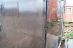 Места крепления листов сотового поликарбоната к каркасу курительного павильона