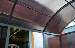 Крыша обшивается сотовым поликарбонатом в тон стенам курилки
