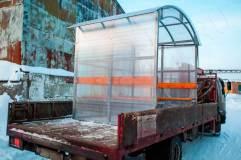 Ширина павильона для курения КМ-3 2 метра, что позволяет транспортировать курилку в любым грузовым транспортным средством