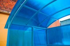 Крыша обшивается также сотовым поликарбонатом