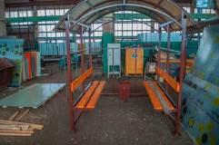 Скамьи со спинкой расположены по краям павильона для курения