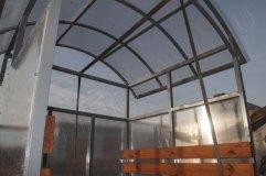 Крыша арочного типа обшивается сотовым поликарбонатом. В данном изделии он прозрачный