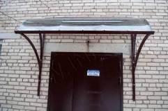 Козырек не только защищает от осадков, но и гармонично дополняет входную дверь