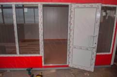 Дверь из ПВХ профилей с декоративными вставками в цвет отделки павильона