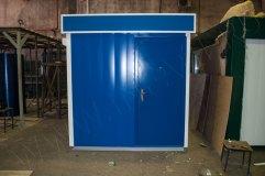 Металлическая дверь, располагающаяся в торцевой части строения окрашивается в цвет внешней отделки