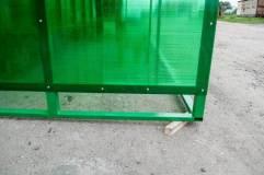 В основании остановочного павильона по всему периметру профильная труба для бетонирования изделия на месте размещения