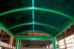 Крыша арочного типа отделывается сотовым поликарбонатом