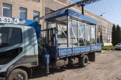 Остановочный павильон закреплен на кузове манипулятора и готов к транспортировке