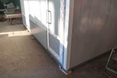 Дверь ПВХ с декоративными металлическими вставками