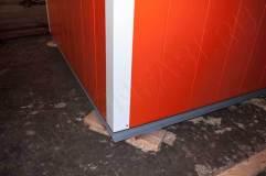 В основании киоска швеллер, что обеспечивает устойчивость конструкции на месте установки