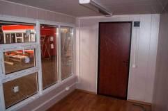 Внутренняя отделка: стены - панели МДФ, потолок - панели ПВХ, пол - линолеум.