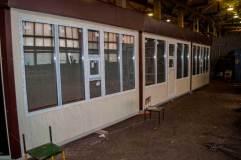 В оконных рамах имеются форточки для обслуживания покупателей снаружи павильона