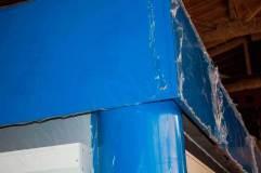 Элементы декора - колонны и козырек синего цвета для контраста с отделкой павильона