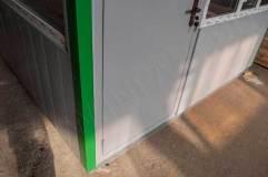Дверь металлическая окрашенная в цвет внешней отделки павильона