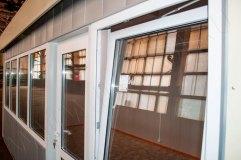 Распашное окно - открывается внутрь павильона