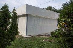 Стены модульного павильона обшиты снаружи профилированным листом, окрашенным порошковой краской в бежевый цвет