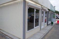 Высокие фасадные окна позволяют сделать внутреннее помещение максимально светлым