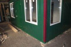 Дверь по центру металлическая, окрашена в цвет внешней отделки
