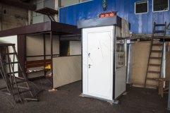 Пост охраны с тремя окнами и металлической дверью