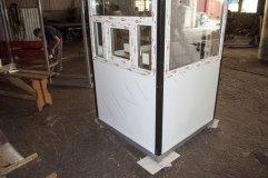 По трем сторонам поста установлены окна для обзора. Окно на фасаде с форточкой.