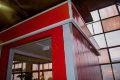 Углы поста охраны и кромка декоративного козырька обрамляются уголком цветом отличным от основного цвета изделия
