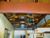 Крыша в данном изделии над проходной из сотового поликарбоната - обычно она металлическая