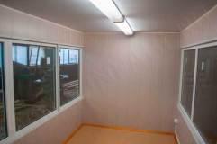Внутренняя отделка помещения: стены - панели МДФ, потолок панели ПВХ, пол - линолеум