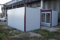 Вместо стандартного козырька, который обычно располагается по периметру крыши на фасадной части установлен фриз