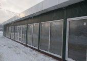 Большие панорамные окна делают внутреннее пространство строения очень светлым