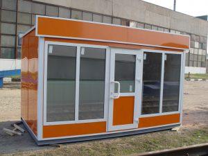Большие витринные окна и дверь ПВХ на фасадной части павильона