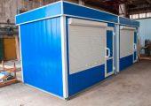 Для внешней отделки используются декоративные металлические панели (цвет синий)