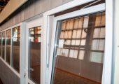 Распашное окно — открывается внутрь павильона