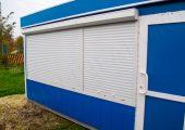 Окна торгового павильона защищены рольставнями