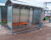 Основание остановочного павильона из профильной трубы по периметру бетонируется
