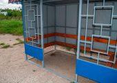 В основании остановочного павильона профильная труба по периметру