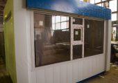 Витринное окно на фасаде павильона с форточкой