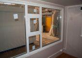 Витринное окно с форточкой — вид изнутри павильона