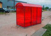 Павильон для курения КМ-1 обшивается сотовым поликарбонатом по трем сторонам (в данном изделии цвет поликарбоната — красный)
