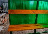 Скамья и спинка — деревянный настил с пропиткой морилкой и покрытая лаком