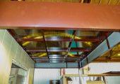 Крыша в данном изделии над проходной из сотового поликарбоната — обычно она металлическая