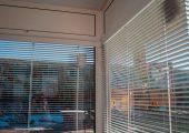 Окна внутри завешены шторками-жалюзи