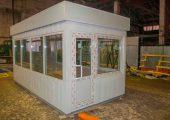 Большие окна практически по всему периметру поста охраны обеспечивают хорошую обзорность